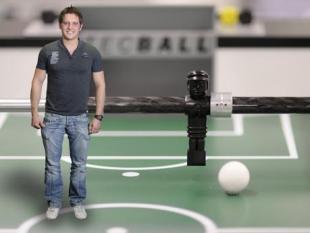 Tafelvoetballen tegen de computer is ook leuk
