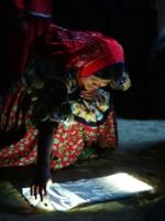 Huichol-vrouw bekijkt de Portable Light