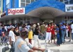 Rijen mensen bij de opening van een Digicelwinkel in Guyana
