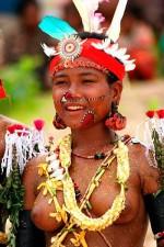 Kitava-vrouw in traditionele kleding