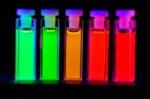 emissiekleuren van dot-composieten. Van links naar reachts neemt de doorsnede van de quantumstippen toe.